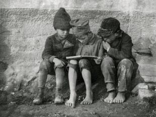 André Kertész: Könyvet olvasó gyerekek (Olvasó fiúk). Esztergom, 1915